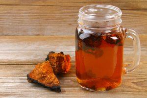Chaga Tee und Brocken auf Holz