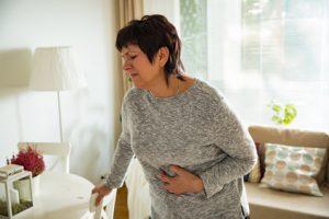 Frau mit Magenschmerzen